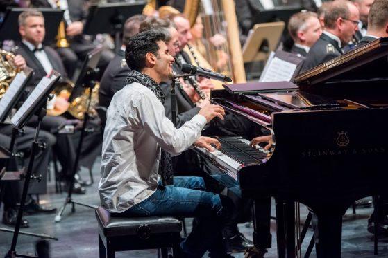 Aeham Ahmad - Der Pianist und Sänger, der Brücken schlägt.